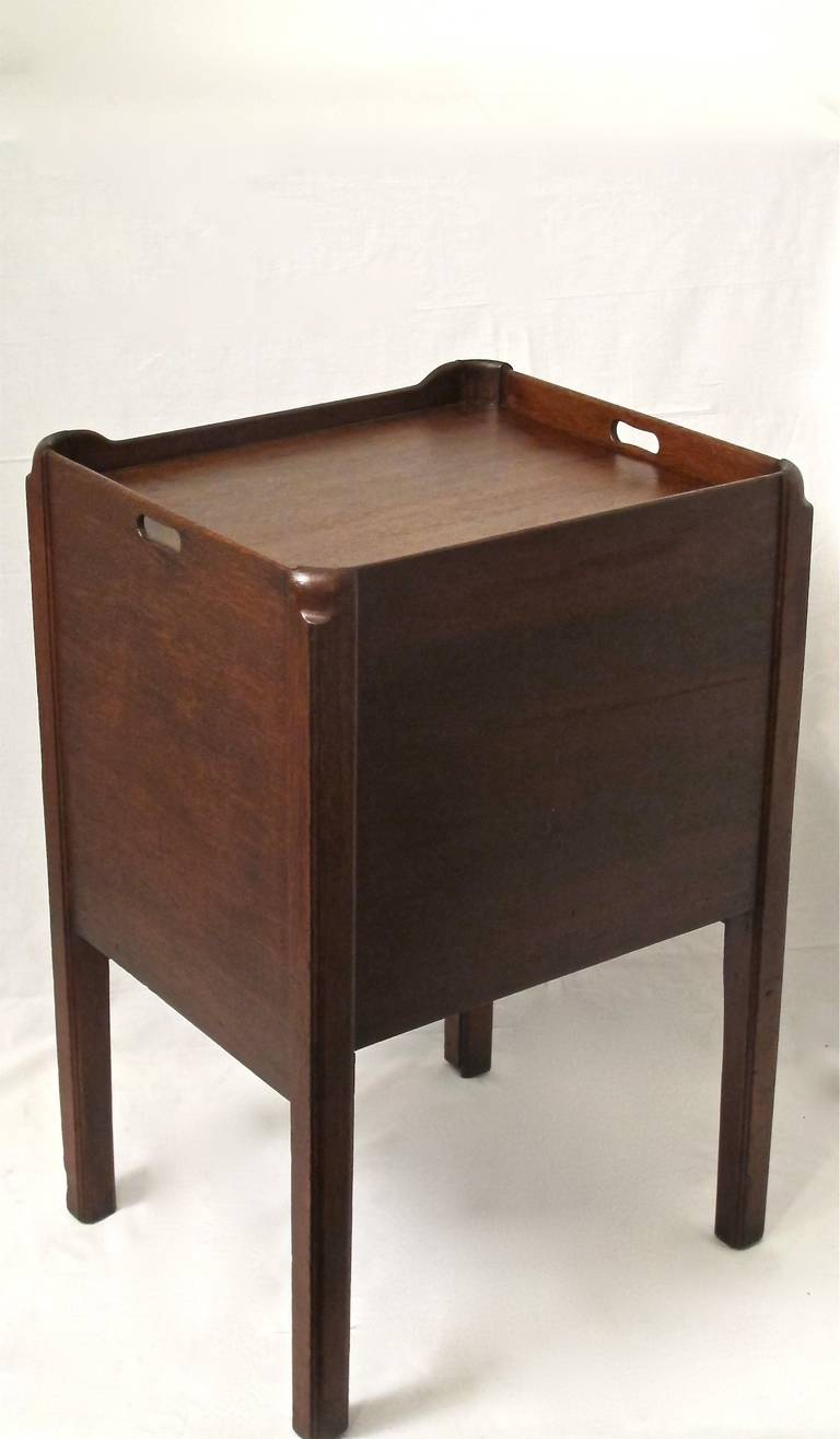 English Georgian Mahogany Bedside Cabinet Table In Excellent Condition For Sale In San Francisco, CA