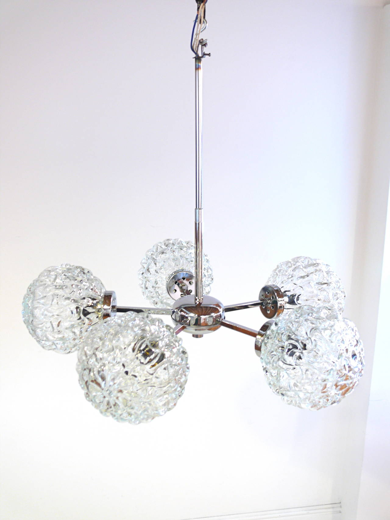 Mid-Century Modern Five-Globe Glass and Chrome Sputnik Chandelier in the Style of Kalmar For Sale