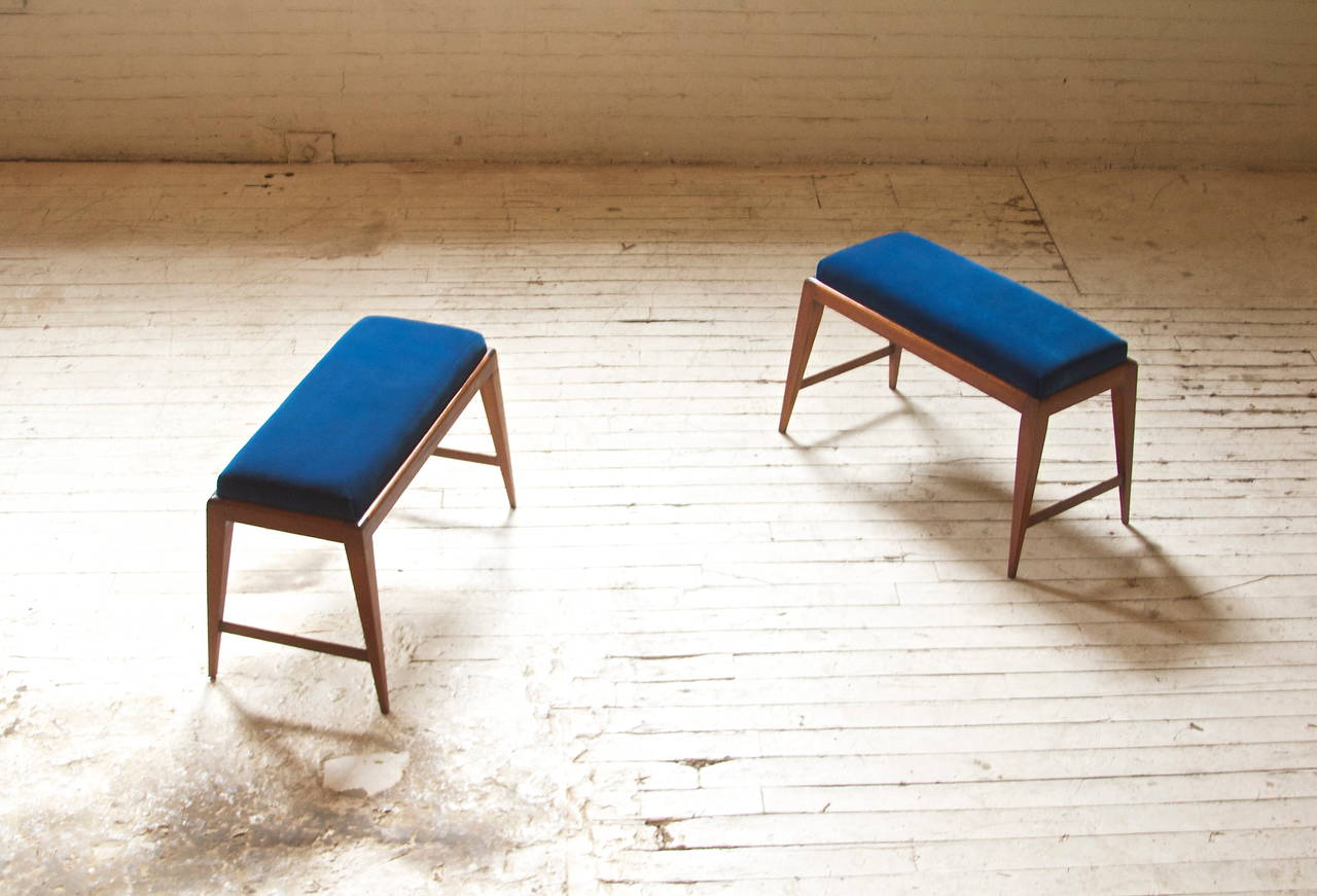 Elegant pair of late 1940s benches in the style of Gio Ponti with mahogany base and royal blue velvet silk upholstery.