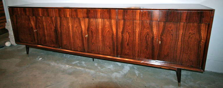 Mid-Century Modern Long Brazilian Jacaranda Sideboard For Sale