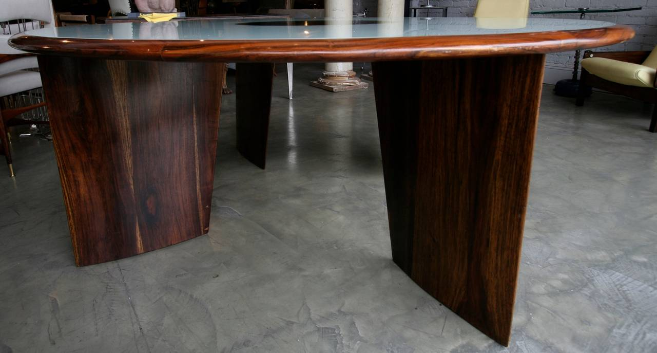 1960s Brazilian Jacaranda Round Dining Table for Eight In Good Condition For Sale In Los Angeles, CA