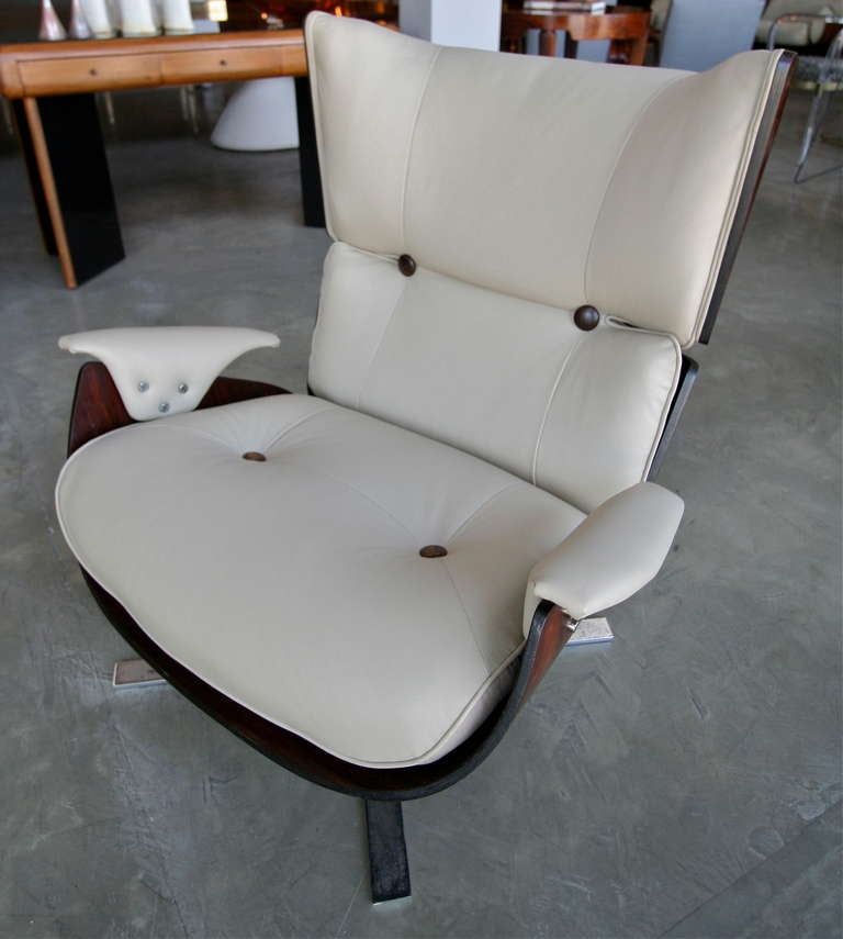 Brazilian jacaranda Paulistana chair and ottoman from the 1960s by Jorge Zalszupin upholstered in light beige leather with matching jacaranda buttons.