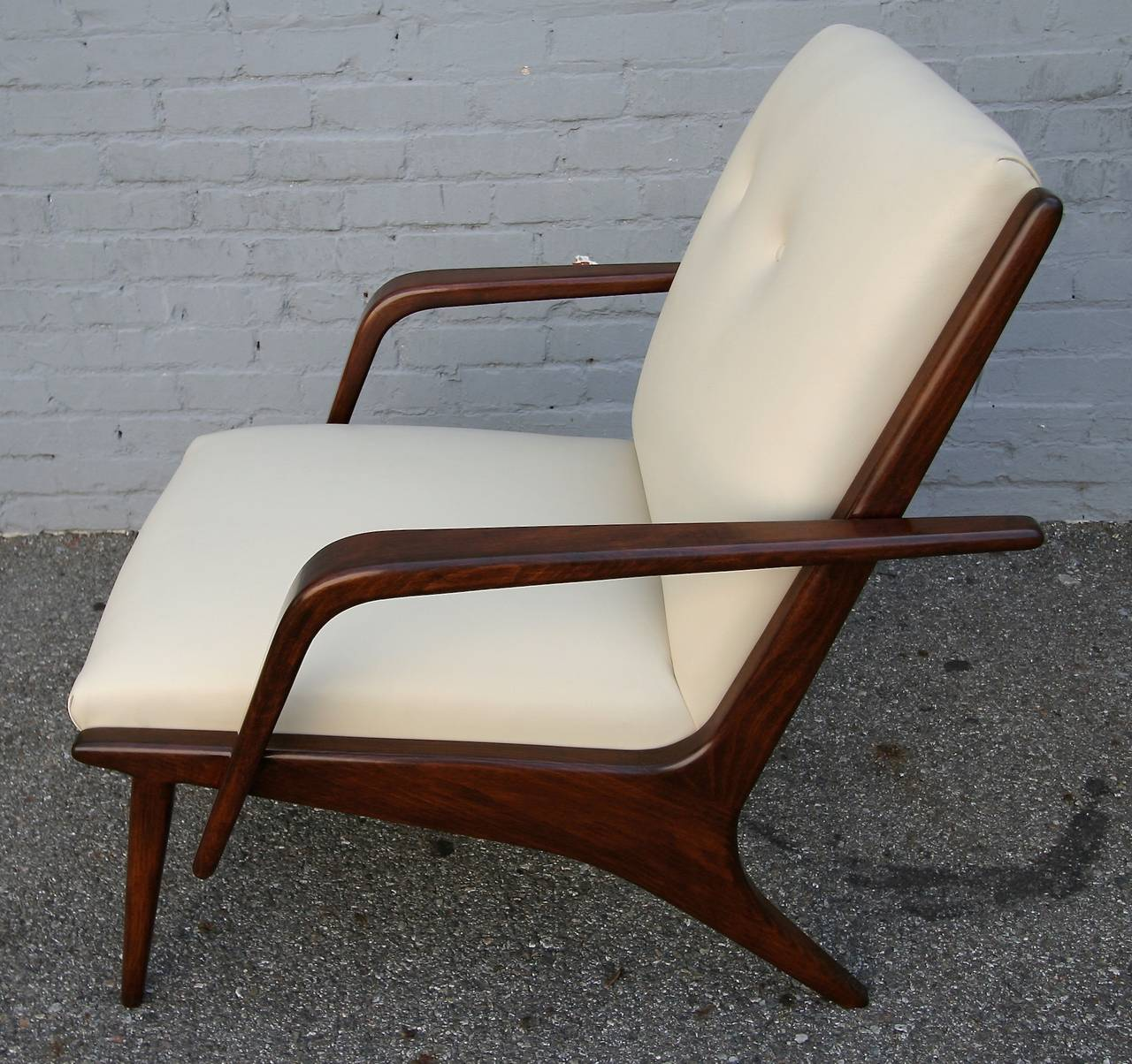 Pair of 1960s armchairs by Giuseppe Scapinelli, upholstered in beige leather.