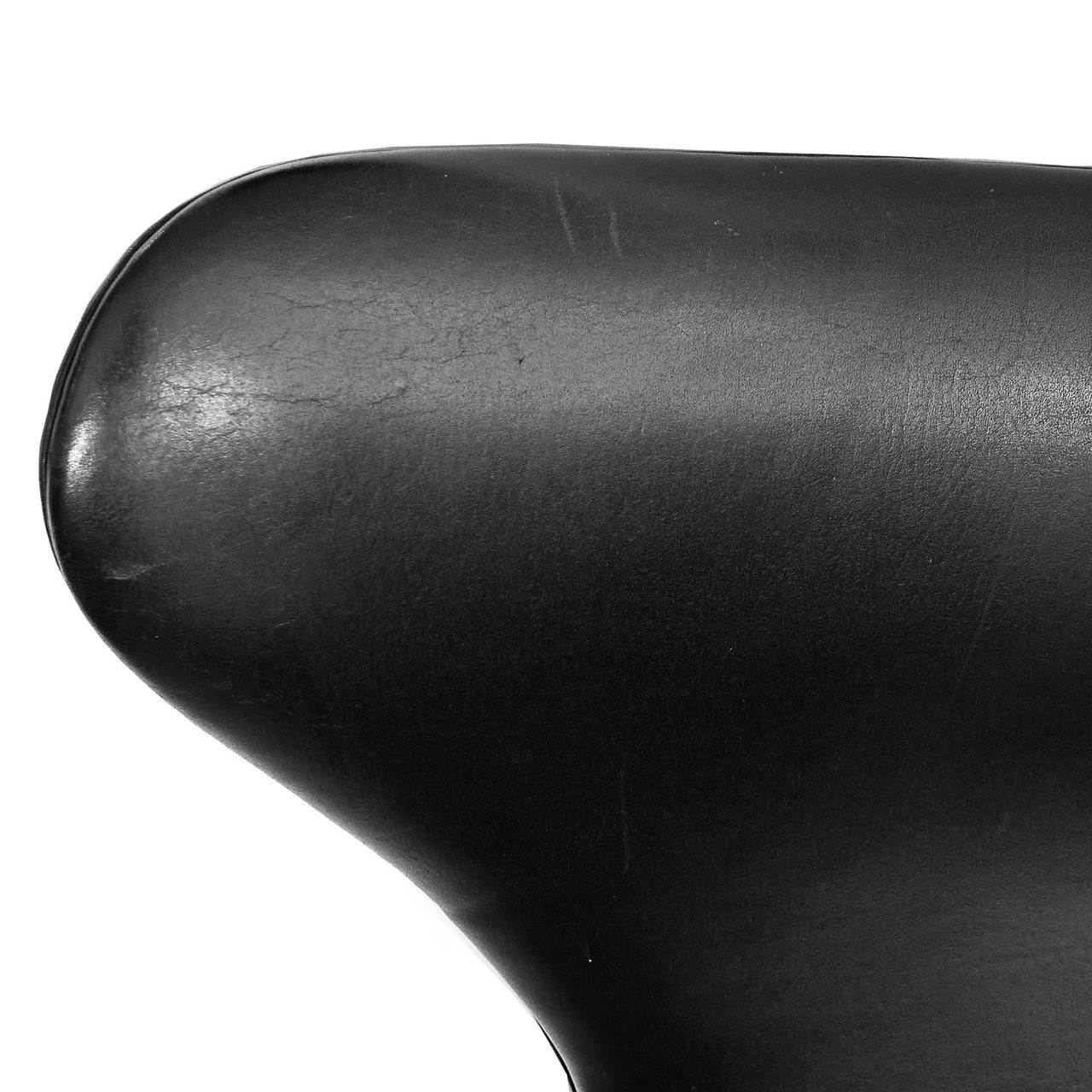 Early Egg Chair and Ottoman by Arne Jacobsen with Original Black Leather 5