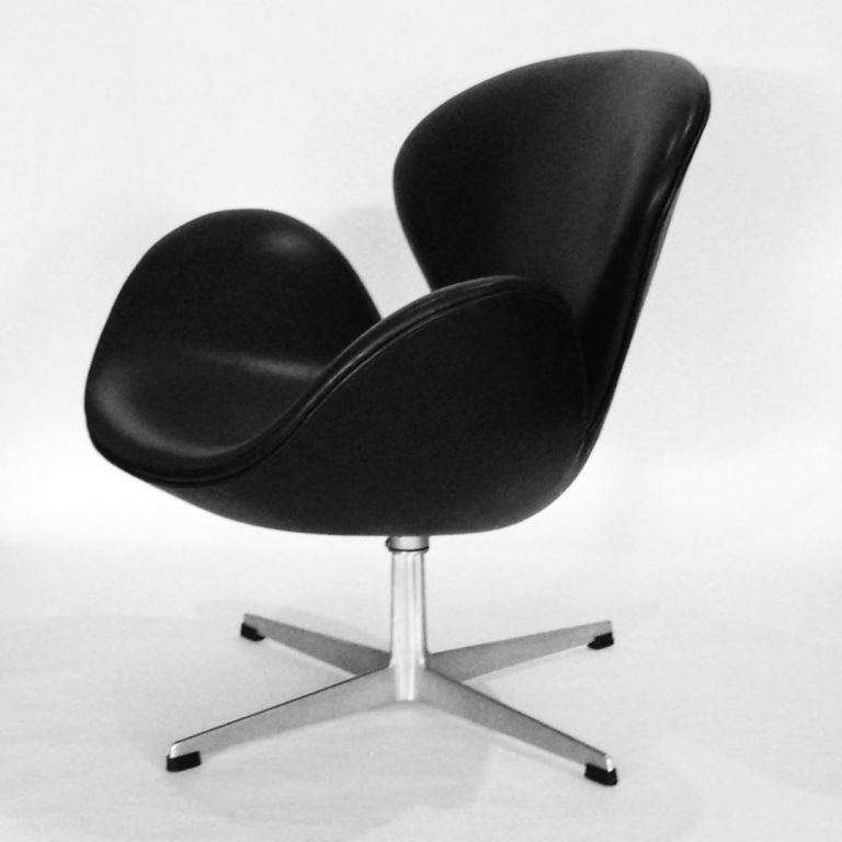 Pair of vintage arne jacobsen swan chairs for fritz hansen for Swan chairs for sale