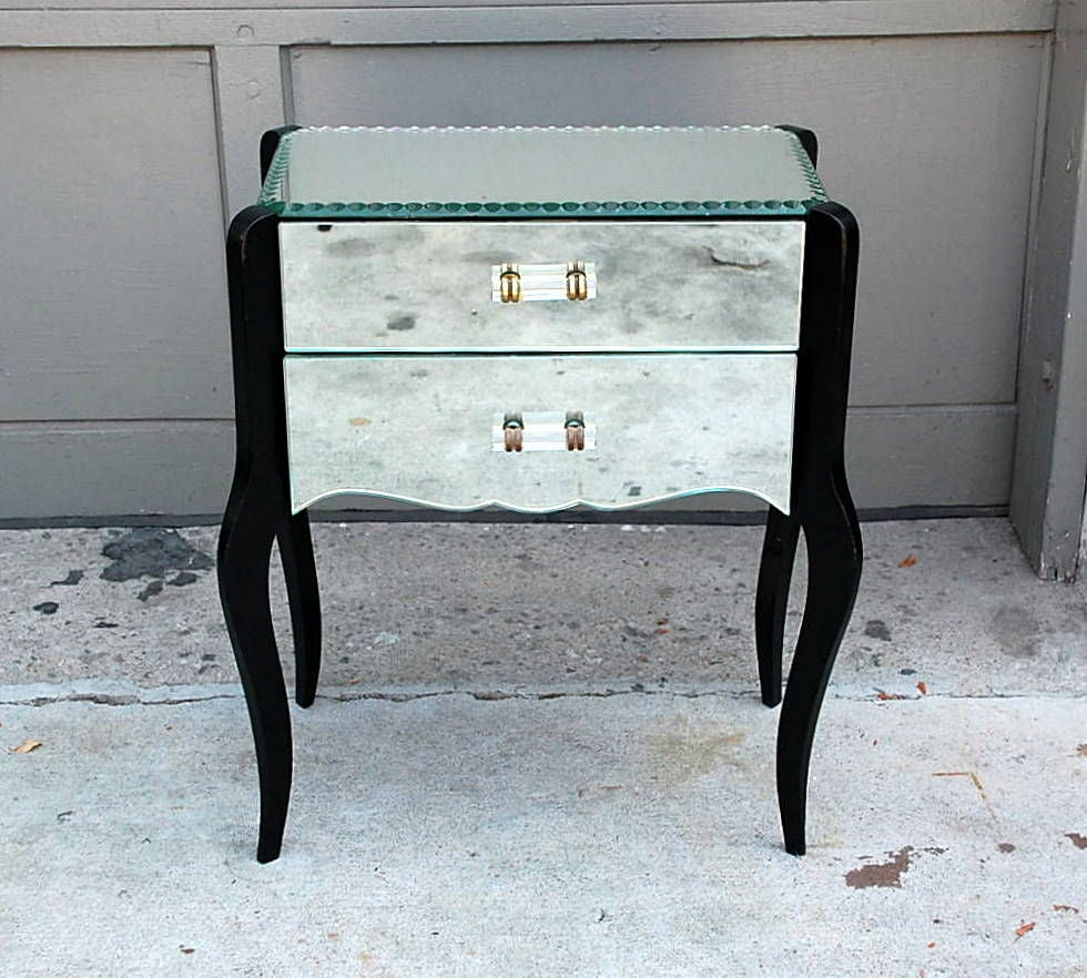 Mid 20th Century Pair Of Elegant French Art Deco Mirrored Night Stands For  Sale