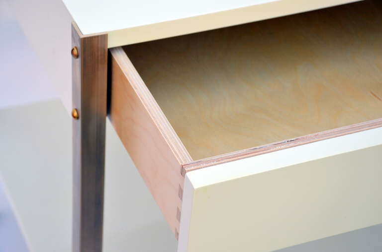 Contemporary Pair of Minimalist Ivory Lacquer and Brass Nightstands For Sale