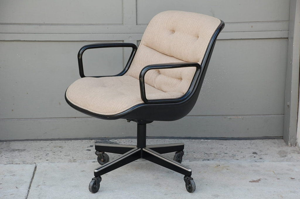 Swiveling executive chair by Charles Pollock for Knoll at 1stdibs