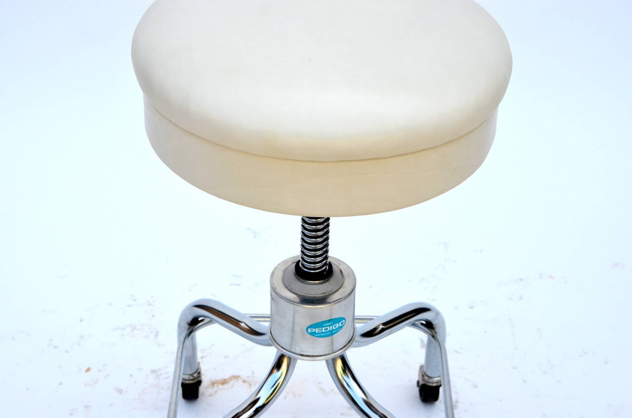 20th Century Set of Four Vintage Chrome and White Leather Adjustable Rolling Stools For Sale