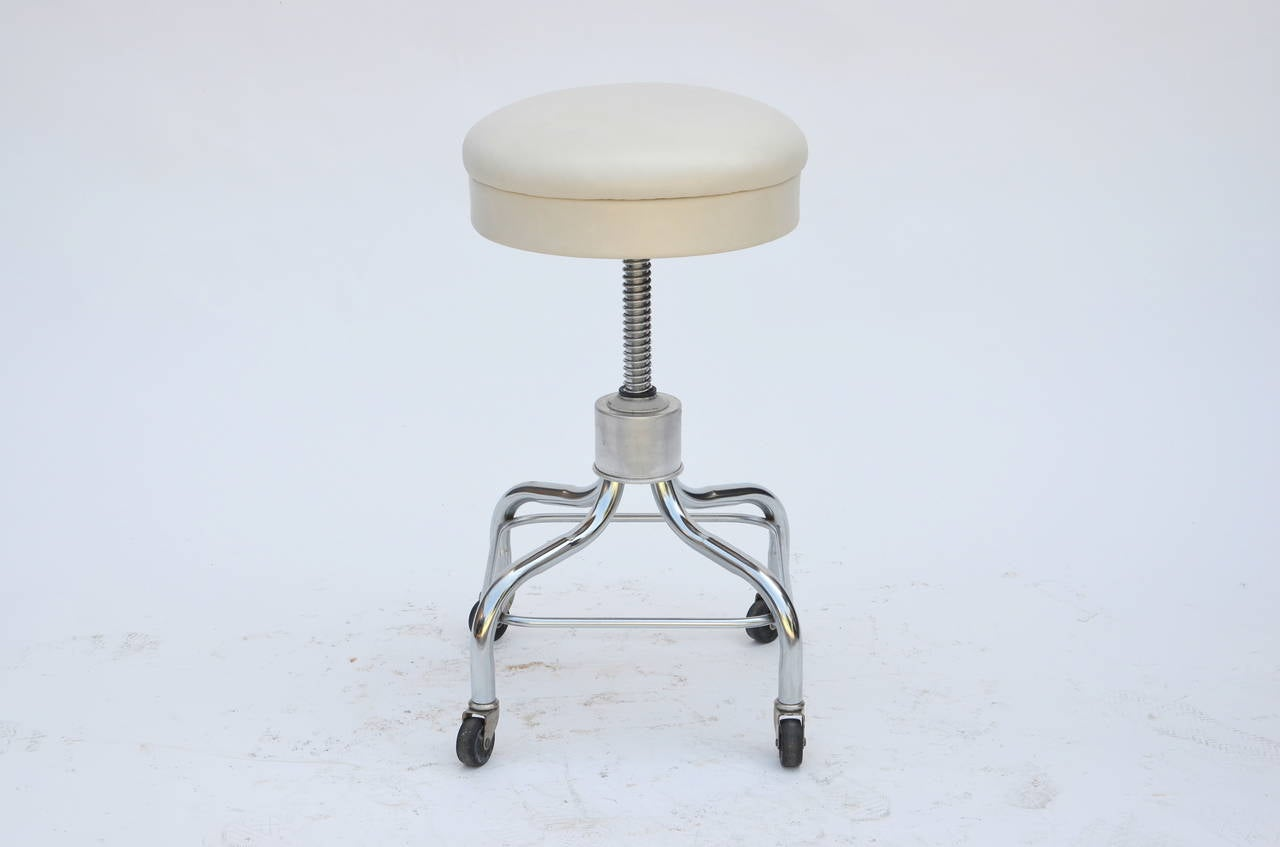 Set of Four Vintage Chrome and White Leather Adjustable Rolling Stools In Good Condition For Sale In Los Angeles, CA
