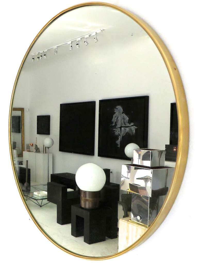 Italian Modern Minimalist Round Brass Framed Mirror In Excellent Condition For Sale In Chicago, IL