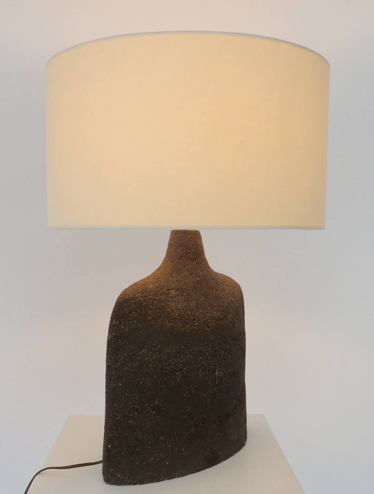 Superbe Mid 20th Century French Ceramic Table Lamp In Dark Brown Heavily Textured  Clay For Sale