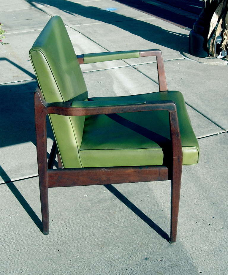 Mid-Century Modern Pair of Mid-Century Leather and Solid Mahogany Armchairs For Sale