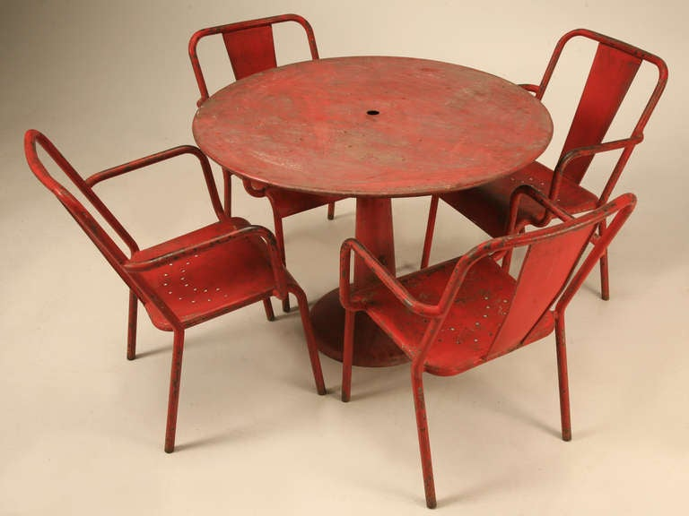 This fabulous set of original red garden furniture from France has that just right appearance, everyone wants. Perfect for dining inside an urban warehouse loft, sealed and utilized outdoors next to the pool or as a stylish spot within your company