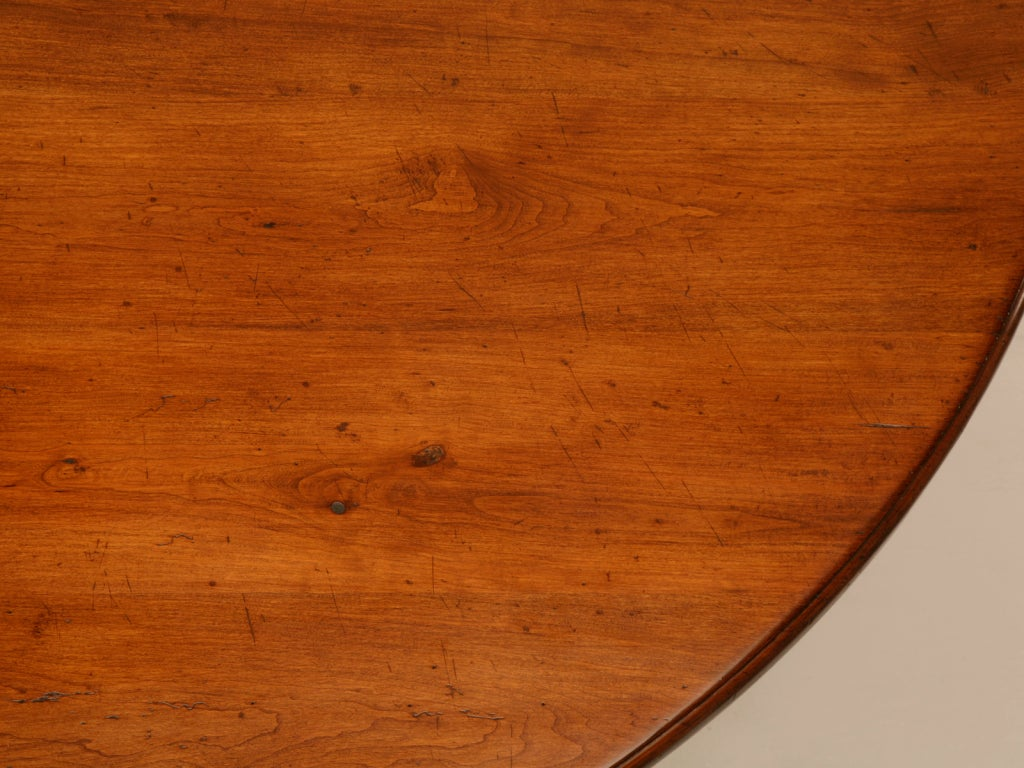 Vintage English Handcrafted Solid Cherry Round Dining Table In Excellent Condition For Sale In Chicago, IL
