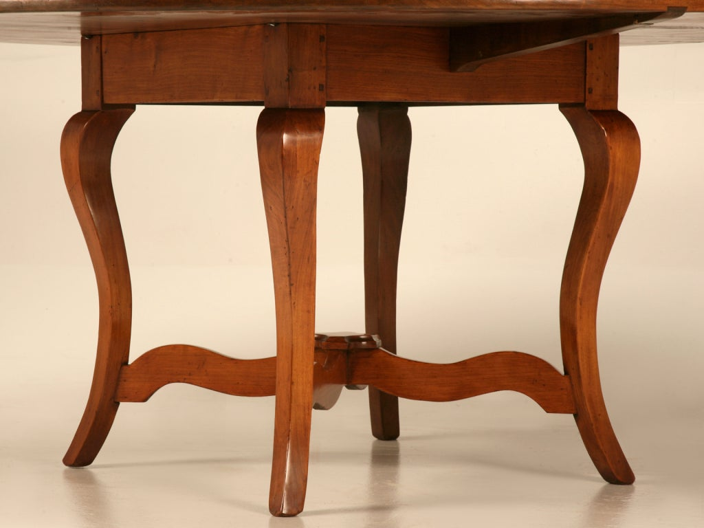 Vintage English Handcrafted Solid Cherry Round Dining Table For Sale 2