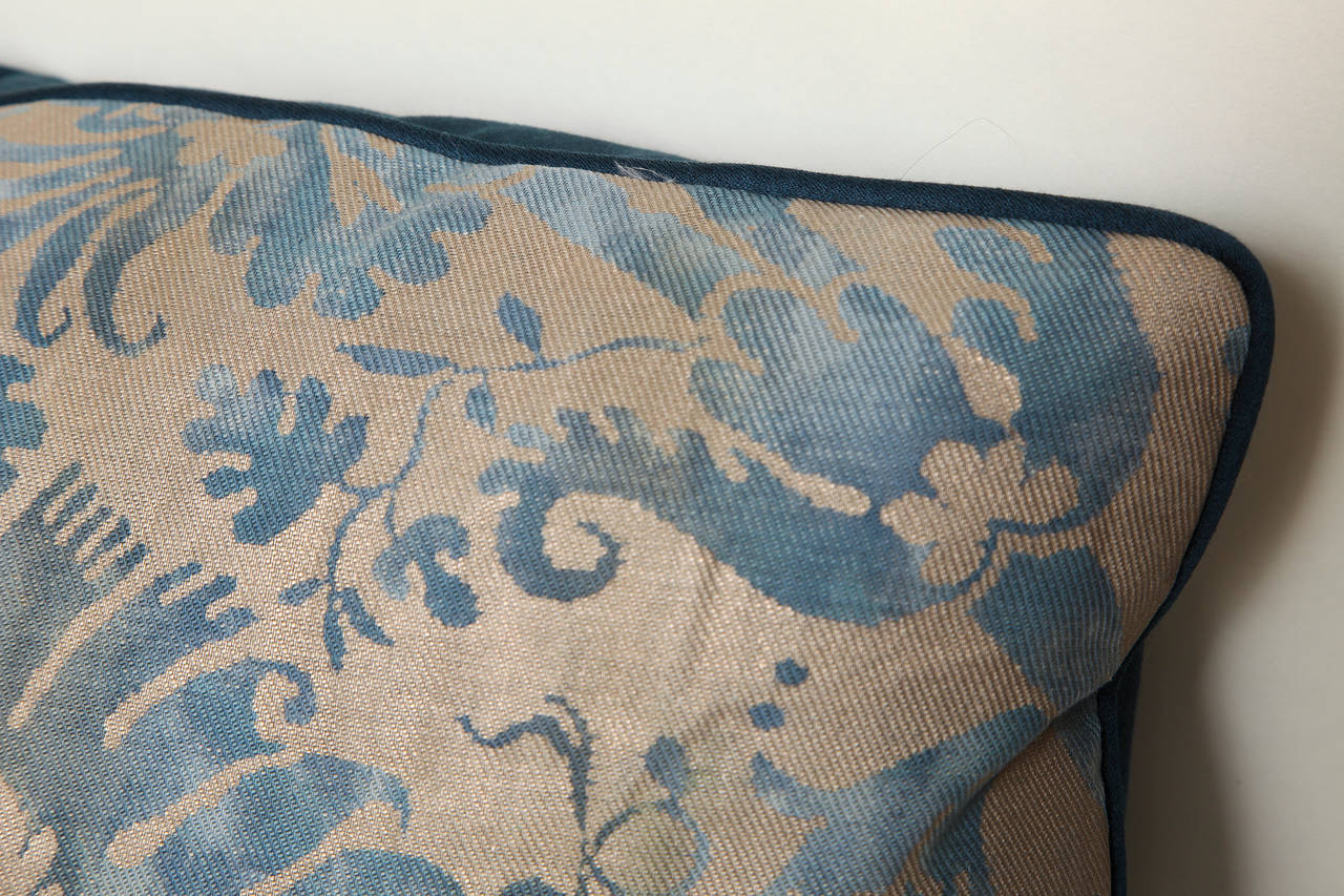 A Fortuny Fabric Cushion in the DeMedici Pattern In Excellent Condition For Sale In New York, NY