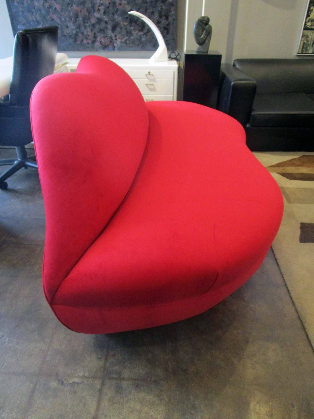 Exceptionnel This Loveseat Made In The Shape Of Lips Has Been Reupholstered In A Bright  Red Chenille