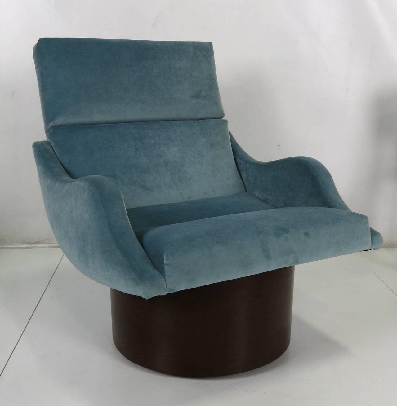 Mid-Century Modern Pair of Swivel Lounge Chairs