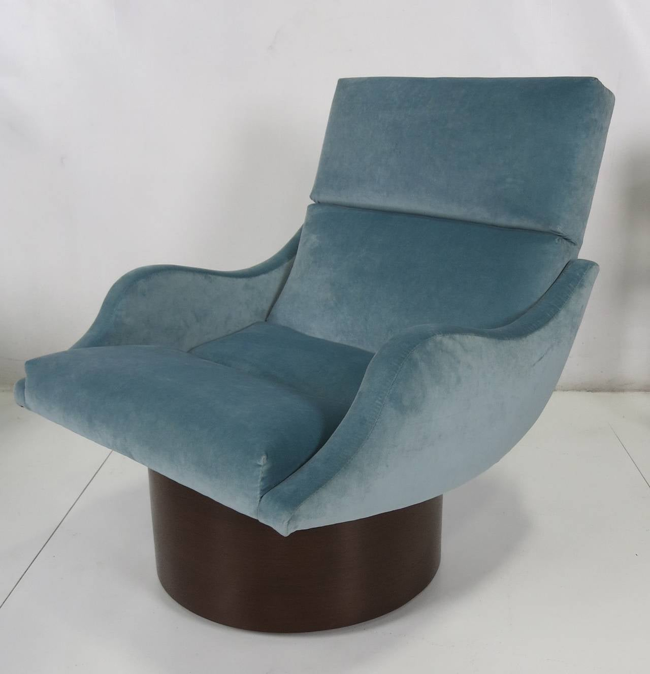 Pair of Swivel Lounge Chairs In Excellent Condition In San Leandro, CA