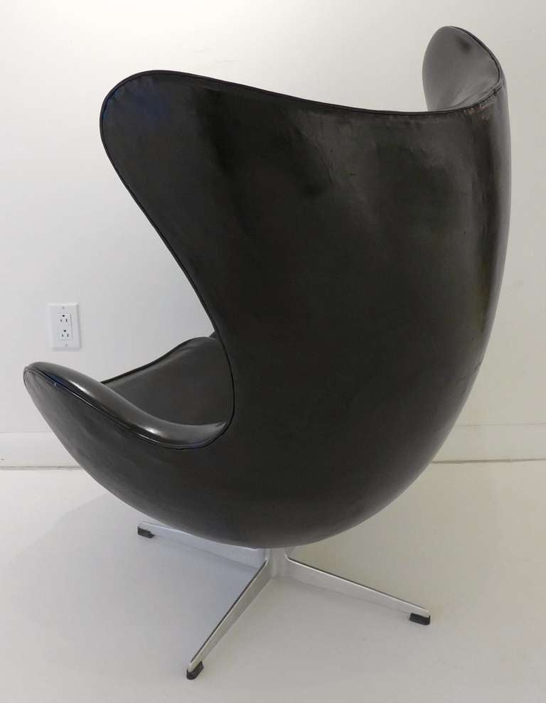 vintage jacobsen 39 egg 39 chair in black leather at 1stdibs. Black Bedroom Furniture Sets. Home Design Ideas