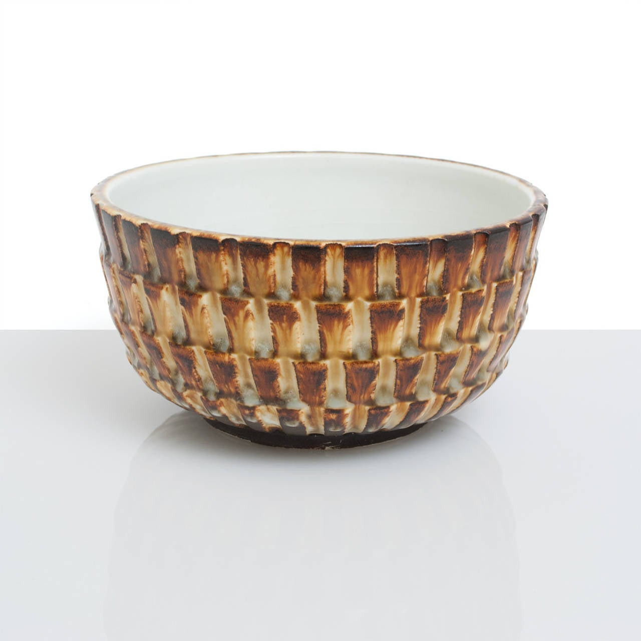 Scandinavian Modern unique ceramic bowl by Gertrud Lonegren. Lonegren studied in Vienna and Stockholm during the 1920s, she worked at Upsala-Ekeby in the 1930s before creating these studio pieces at Rörstrand between 1937-1942.