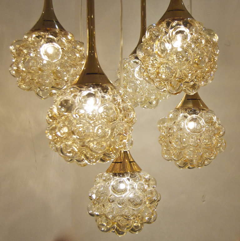 Mid-Century Modern Amber-Tone Bubble Pendant Chandelier with Brass Accents For Sale