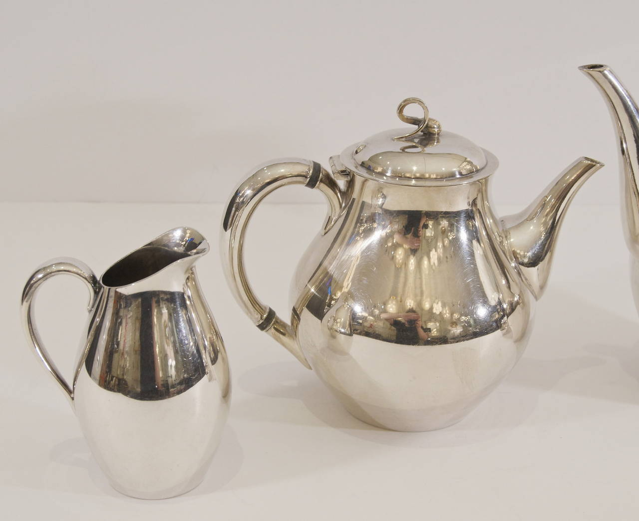 """Reed & Barton """"Americana"""" Silverplate Tea & Coffee Service In Excellent Condition For Sale In New York, NY"""