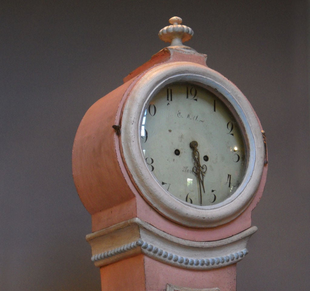 Mora Clock in Early Pink Paint image 4