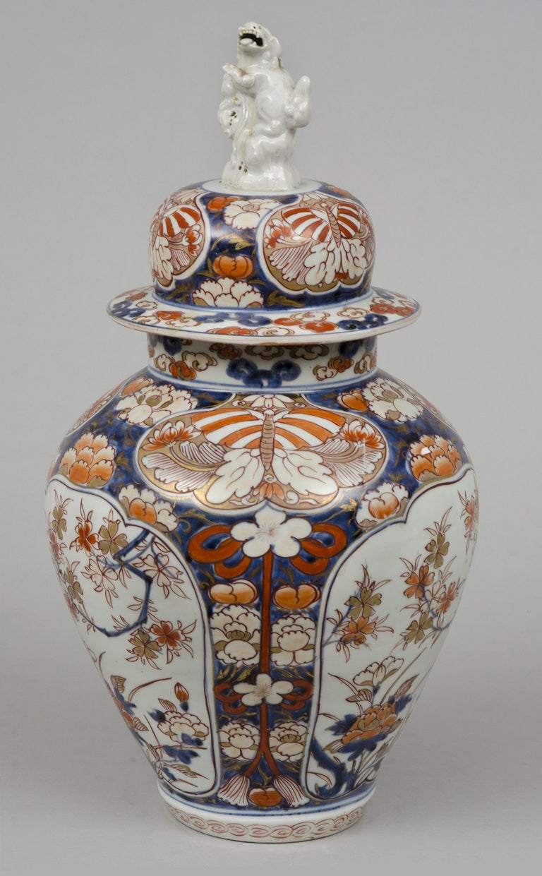Fine Early Japanese Imari Vase And Lid With Foo Dog Finial