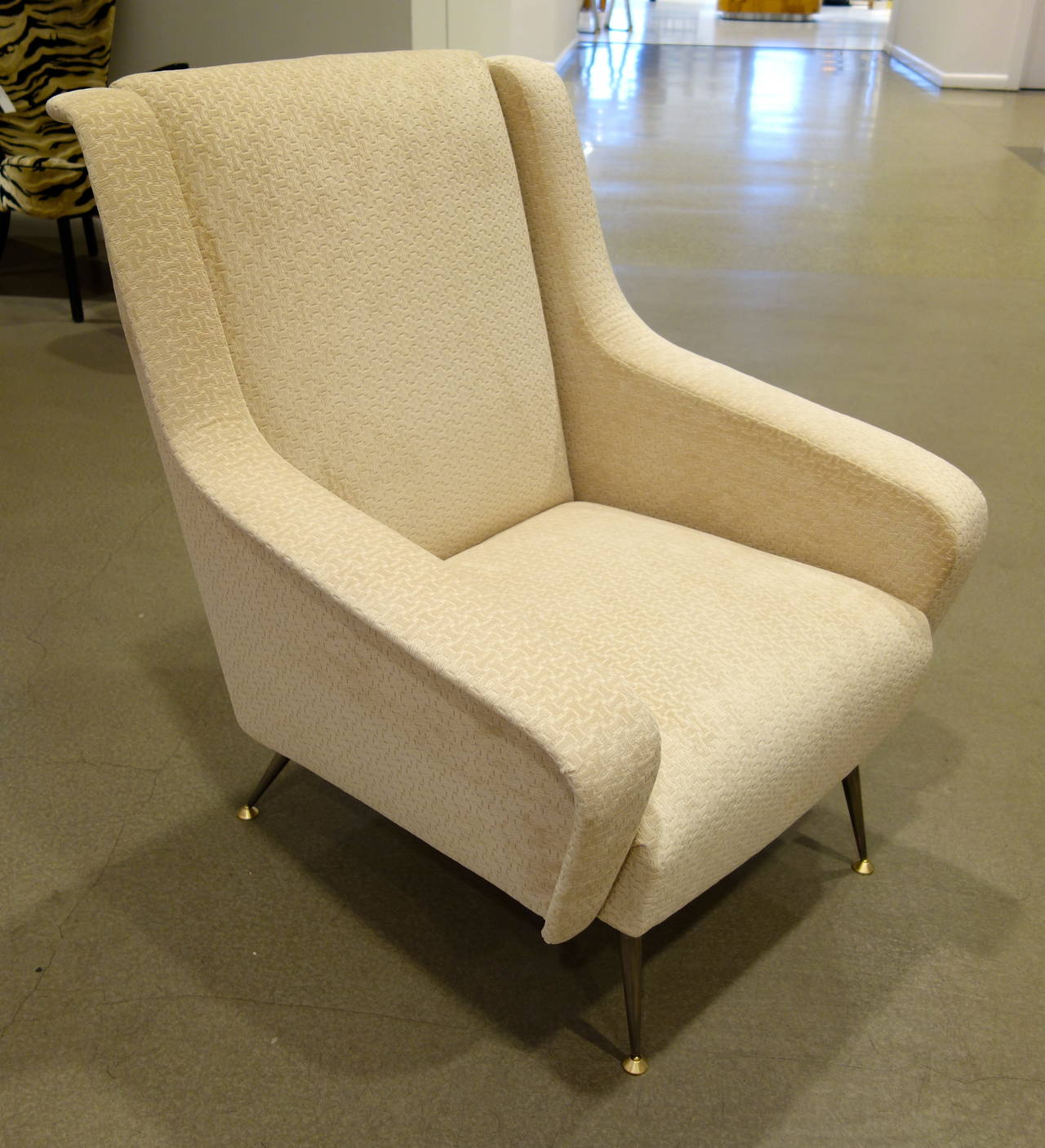 Pair of Mid-Century Modern Italian Sculptural Lounge Chairs or Armchairs In Excellent Condition For Sale In New York, NY