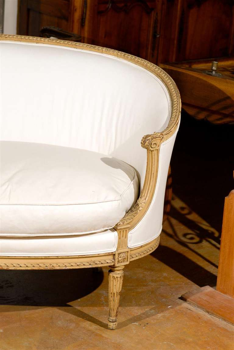French Louis XVI Style Carved Wood Canapé with Wraparound Back, circa 1890 For Sale 3
