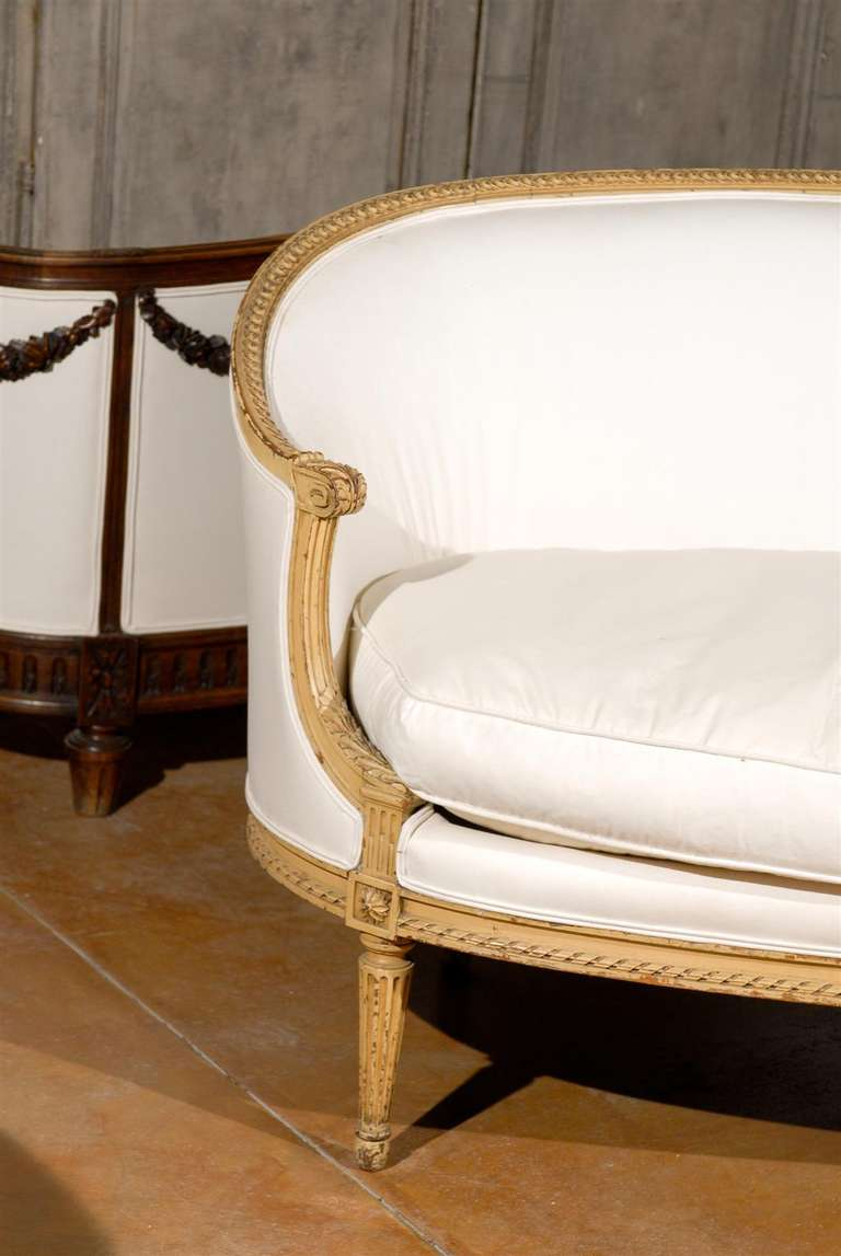 French Louis XVI Style Carved Wood Canapé with Wraparound Back, circa 1890 For Sale 5
