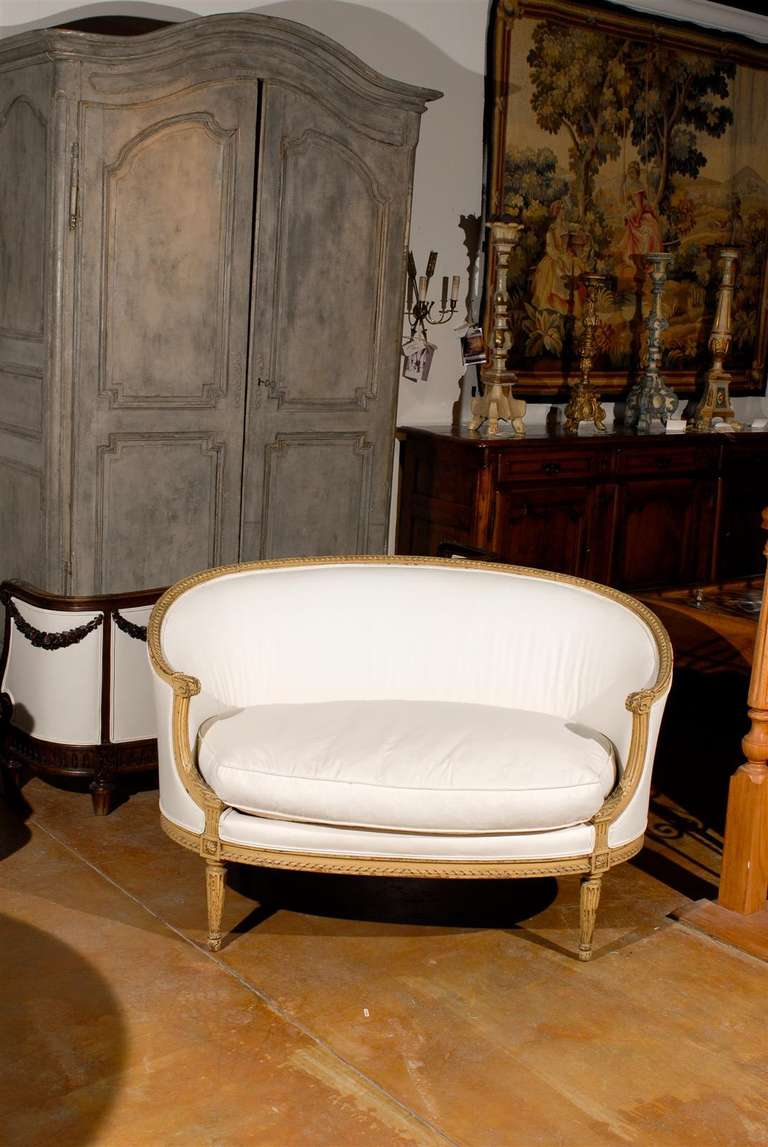 French Louis XVI Style Carved Wood Canapé with Wraparound Back, circa 1890 In Good Condition For Sale In Atlanta, GA