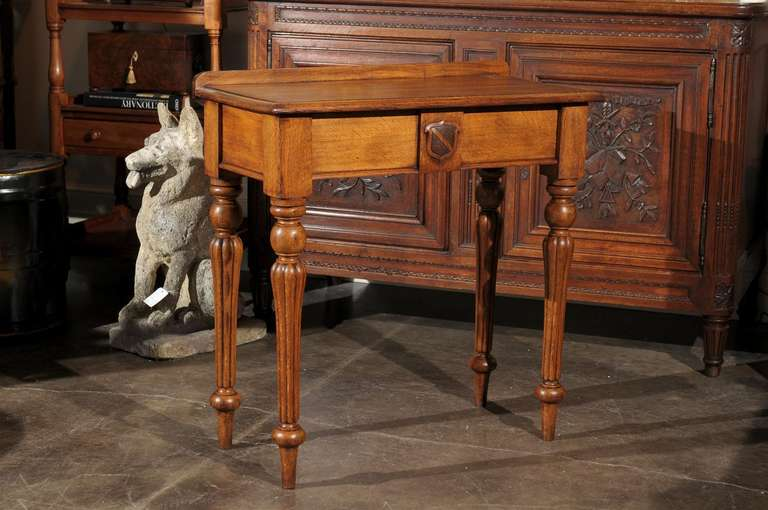 English 1880s Oak Console Table with Single Drawer, Shield Motif and Reeded Legs In Good Condition For Sale In Atlanta, GA