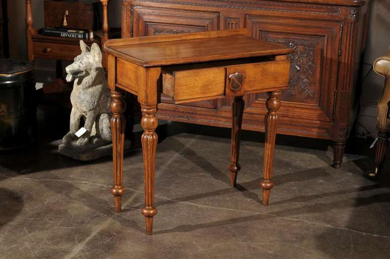 English 1880s Oak Console Table with Single Drawer, Shield Motif and Reeded Legs For Sale 1