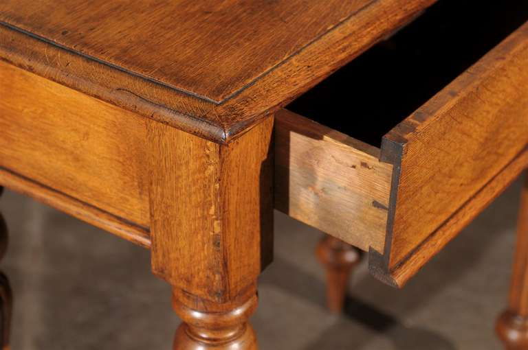 English 1880s Oak Console Table with Single Drawer, Shield Motif and Reeded Legs For Sale 6