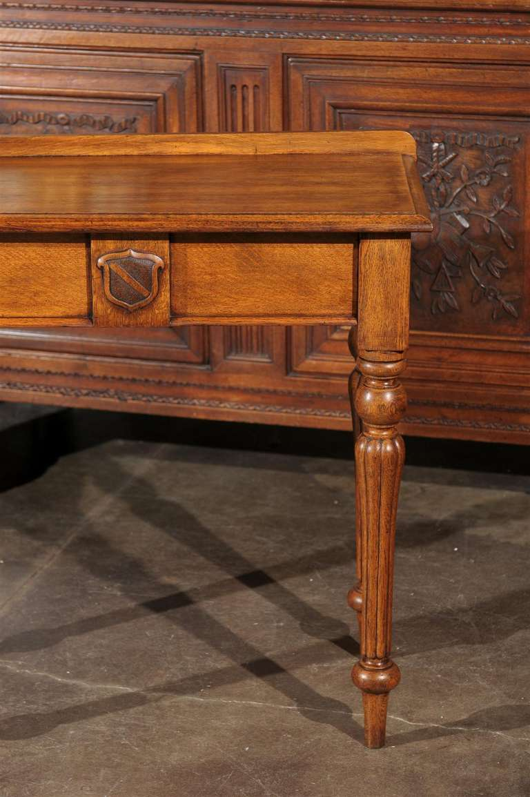 English 1880s Oak Console Table with Single Drawer, Shield Motif and Reeded Legs For Sale 2
