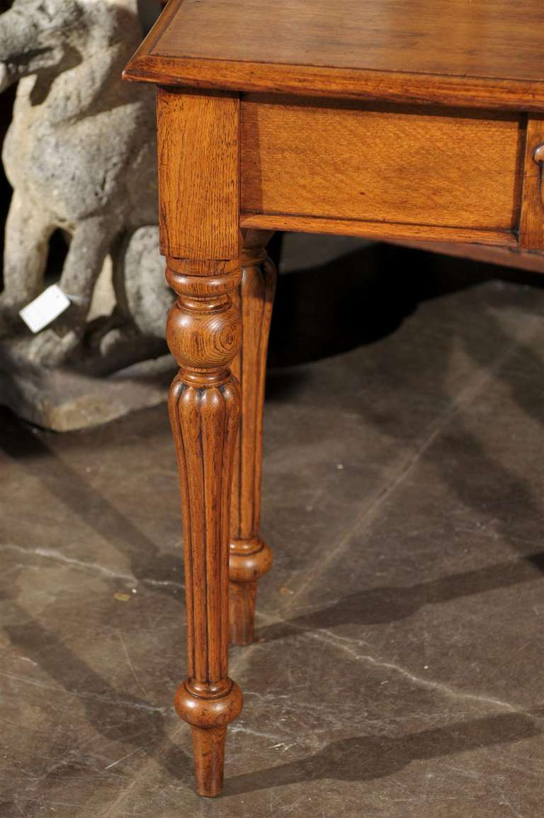 English 1880s Oak Console Table with Single Drawer, Shield Motif and Reeded Legs For Sale 5