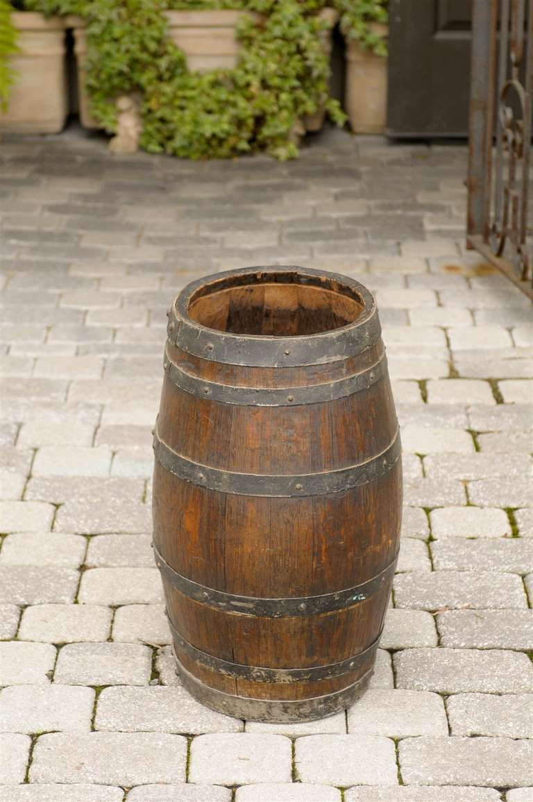 Rustic English Wooden Barrel with Metal Straps from the Late 19th Century For Sale 2