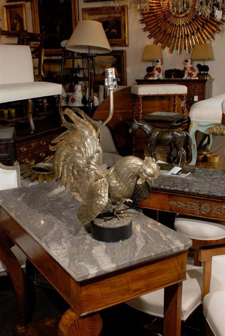 Elegant Vintage Italian Brass Rooster Table Lamp On Old Iron Circular Base In Good  Condition For Sale