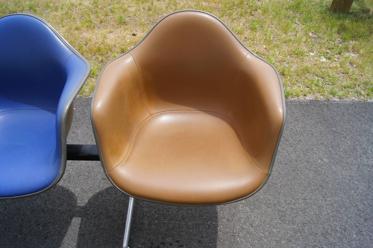 Tandem Four-Shell Seating with Table by Charles and Ray Eames for Herman Miller In Good Condition For Sale In Boston, MA
