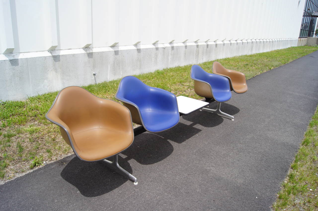 Mid-20th Century Tandem Four-Shell Seating with Table by Charles and Ray Eames for Herman Miller For Sale