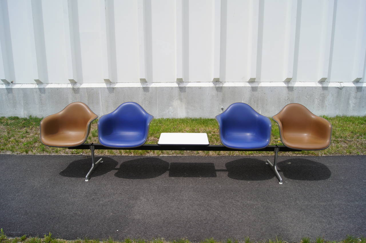 Tandem Four-Shell Seating with Table by Charles and Ray Eames for Herman Miller For Sale 1