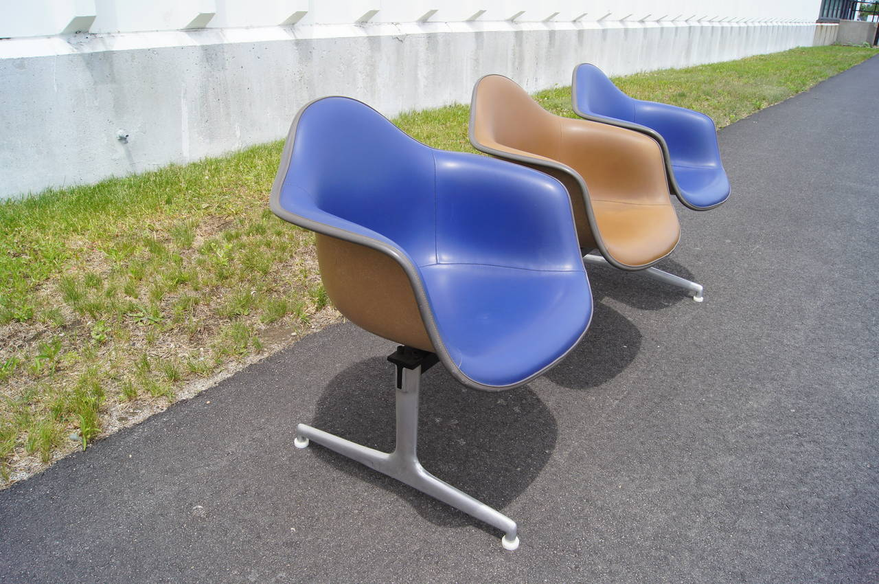 Tandem Three-Shell Seating by Charles and Ray Eames for Herman Miller In Good Condition For Sale In Boston, MA