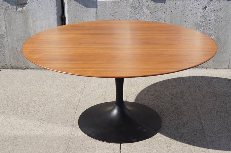 Ordinaire This Iteration Of Eero Saarinenu0027s Classic Pedestal Dining Table For Knoll  Features A Round Walnut Top