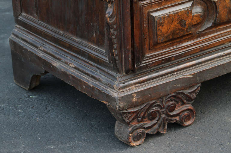Impressive italian baroque walnut and burl walnut commode for sale at 1stdibs - Grande commode baroque ...