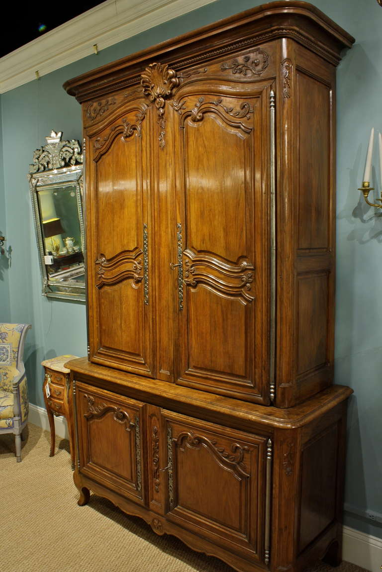 A very high quality, beautifully-carved Louis XV period oak buffet a deux corps from the Ile-de-France region (circa 1750). Carved detailing includes a lovely stylized acanthus shell cartouche, floral and other rococo elements. Buffet has three
