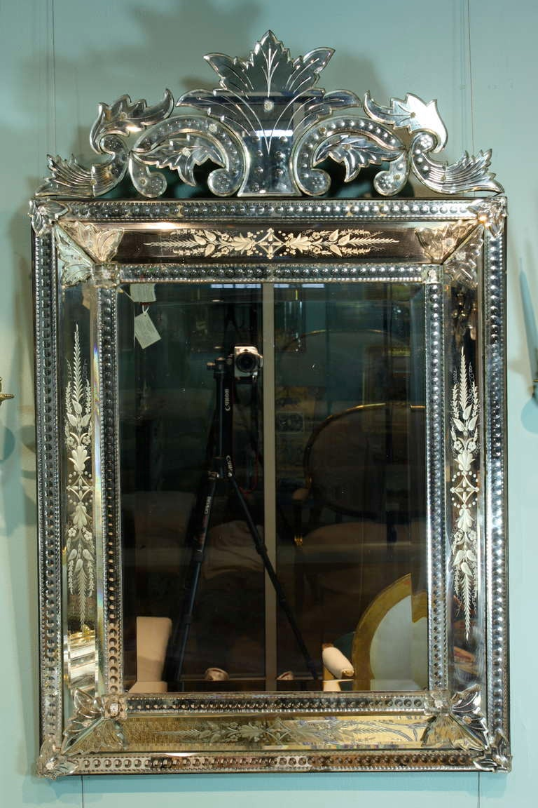 A very nice Italian Venetian mirror in pareclose form, with bevelled glass (19th century). Elaborate cartouche and high-quality etching around the frame.