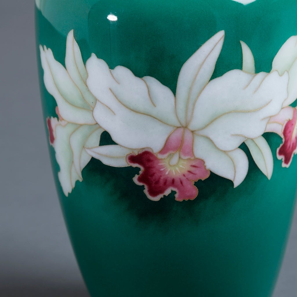 Japanese Cloisonné Enamel Vase from the Late Showa Period In Excellent Condition For Sale In London, GB